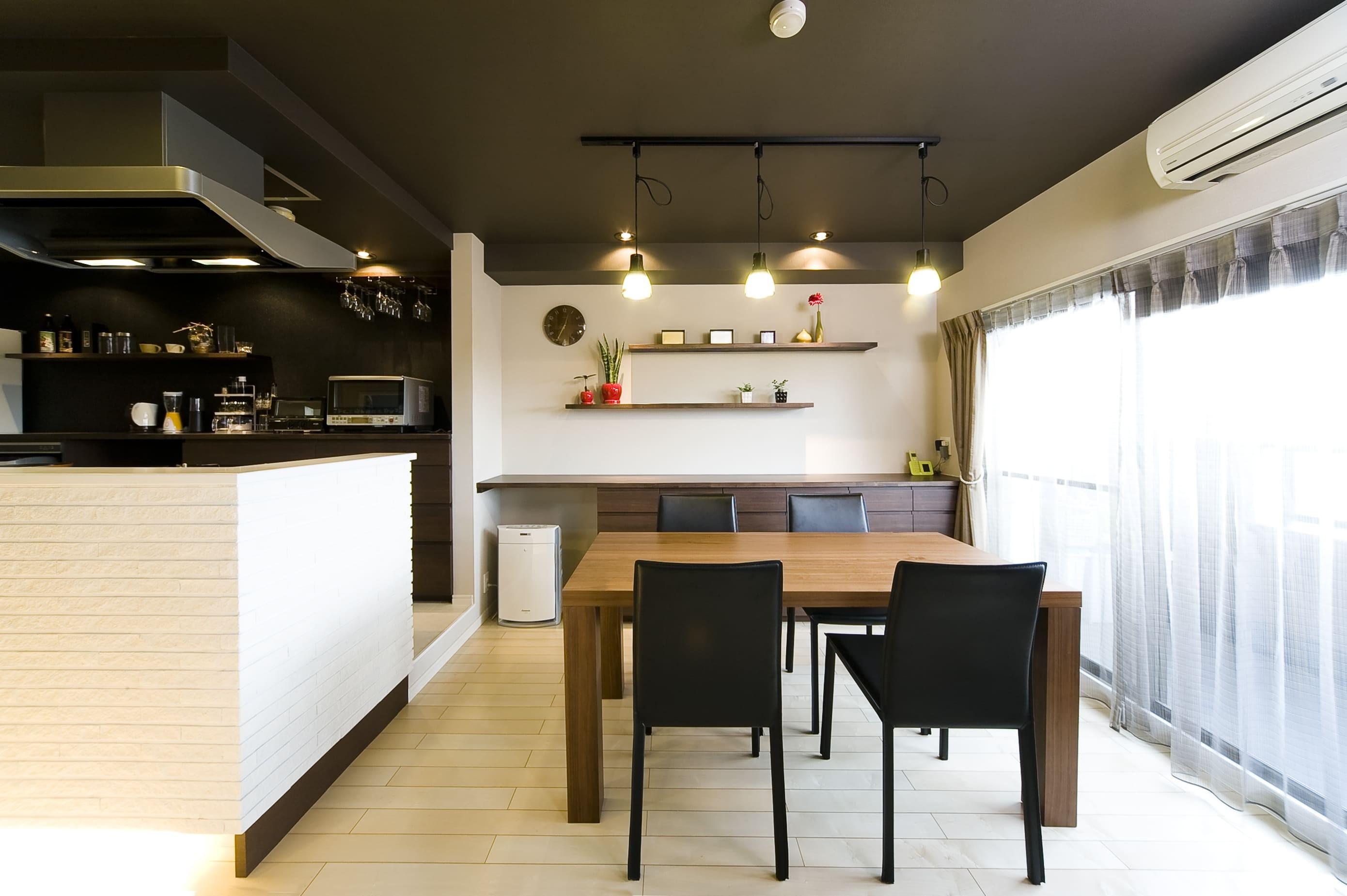 リビングダイニング事例:キッチン壁面の白いタイルと天井のダークブラウンのコントラストが美しいダイニング。(多くの制約をクリアし、ダイニングバー風の憧れの空間を実現)