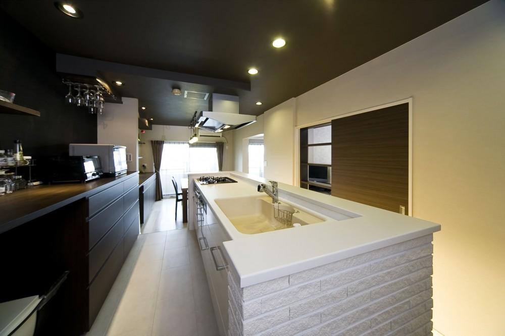 多くの制約をクリアし、ダイニングバー風の憧れの空間を実現 (キッチンは奥様希望のオープン式。)