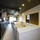 多くの制約をクリアし、ダイニングバー風の憧れの空間を実現の写真 キッチンは奥様希望のオープン式。