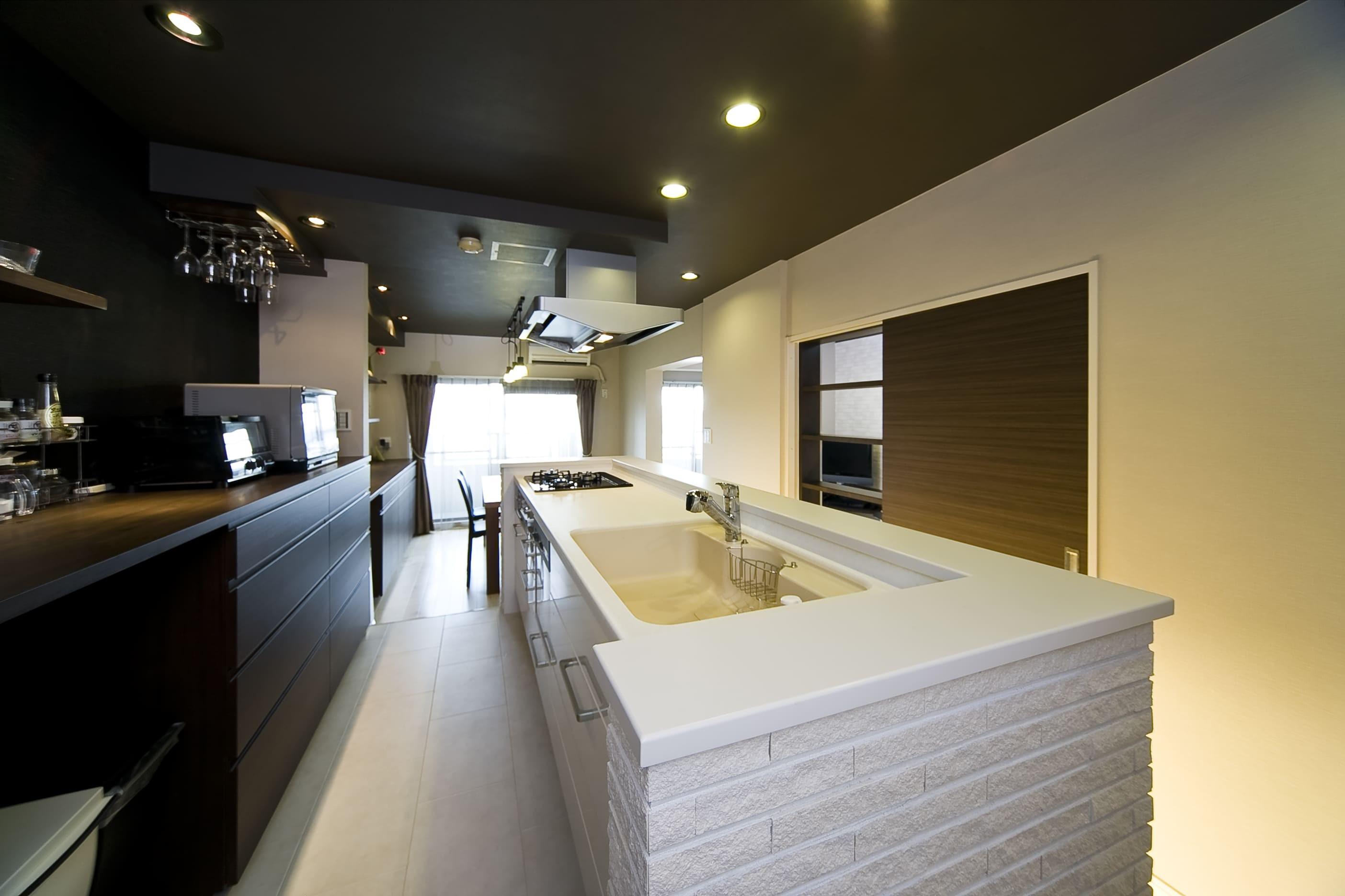 キッチン事例:キッチンは奥様希望のオープン式。(多くの制約をクリアし、ダイニングバー風の憧れの空間を実現)