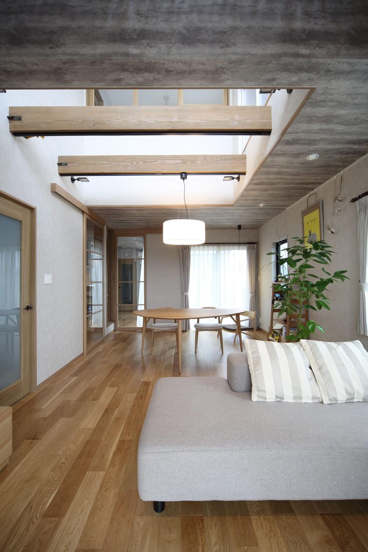 吹き抜けを設けた明るいLD。 (二世帯住宅を単世帯へ。明るく暖かいLDをはじめ、1階を中心にした快適な住まい。)