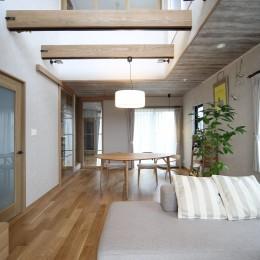 二世帯住宅を単世帯へ。明るく暖かいLDをはじめ、1階を中心にした快適な住まい。 (吹き抜けを設けた明るいLD。)