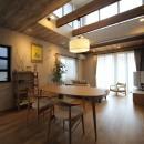 二世帯住宅を単世帯へ。明るく暖かいLDをはじめ、1階を中心にした快適な住まい。の写真 LDに吹き抜けを設けたことで昼間は光と風が気持ちよく入り、夜は室内をダウンライトなどで効果的に照らして癒しの空間に。
