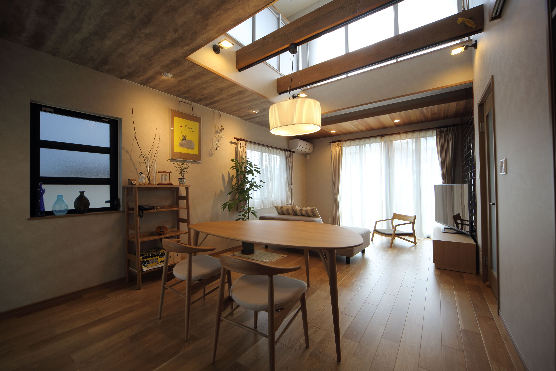 リビングダイニング事例:LDに吹き抜けを設けたことで昼間は光と風が気持ちよく入り、夜は室内をダウンライトなどで効果的に照らして癒しの空間に。(二世帯住宅を単世帯へ。明るく暖かいLDをはじめ、1階を中心にした快適な住まい。)