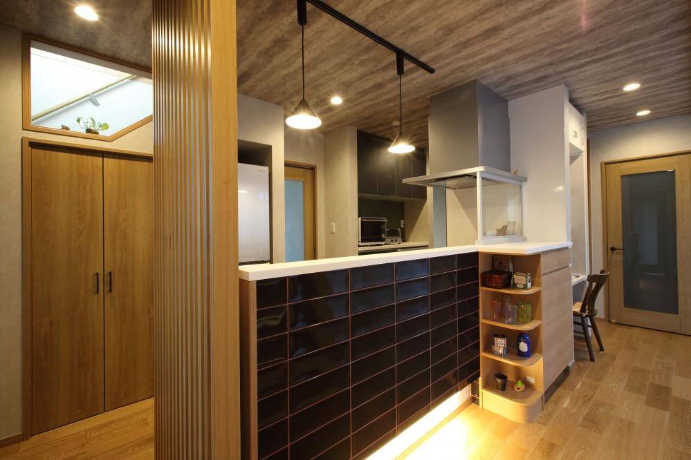 二世帯住宅を単世帯へ。明るく暖かいLDをはじめ、1階を中心にした快適な住まい。 (キッチンは1階の中央に配置し、家族の顔が見えるように。)