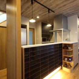 キッチンは1階の中央に配置し、家族の顔が見えるように。 (二世帯住宅を単世帯へ。明るく暖かいLDをはじめ、1階を中心にした快適な住まい。)