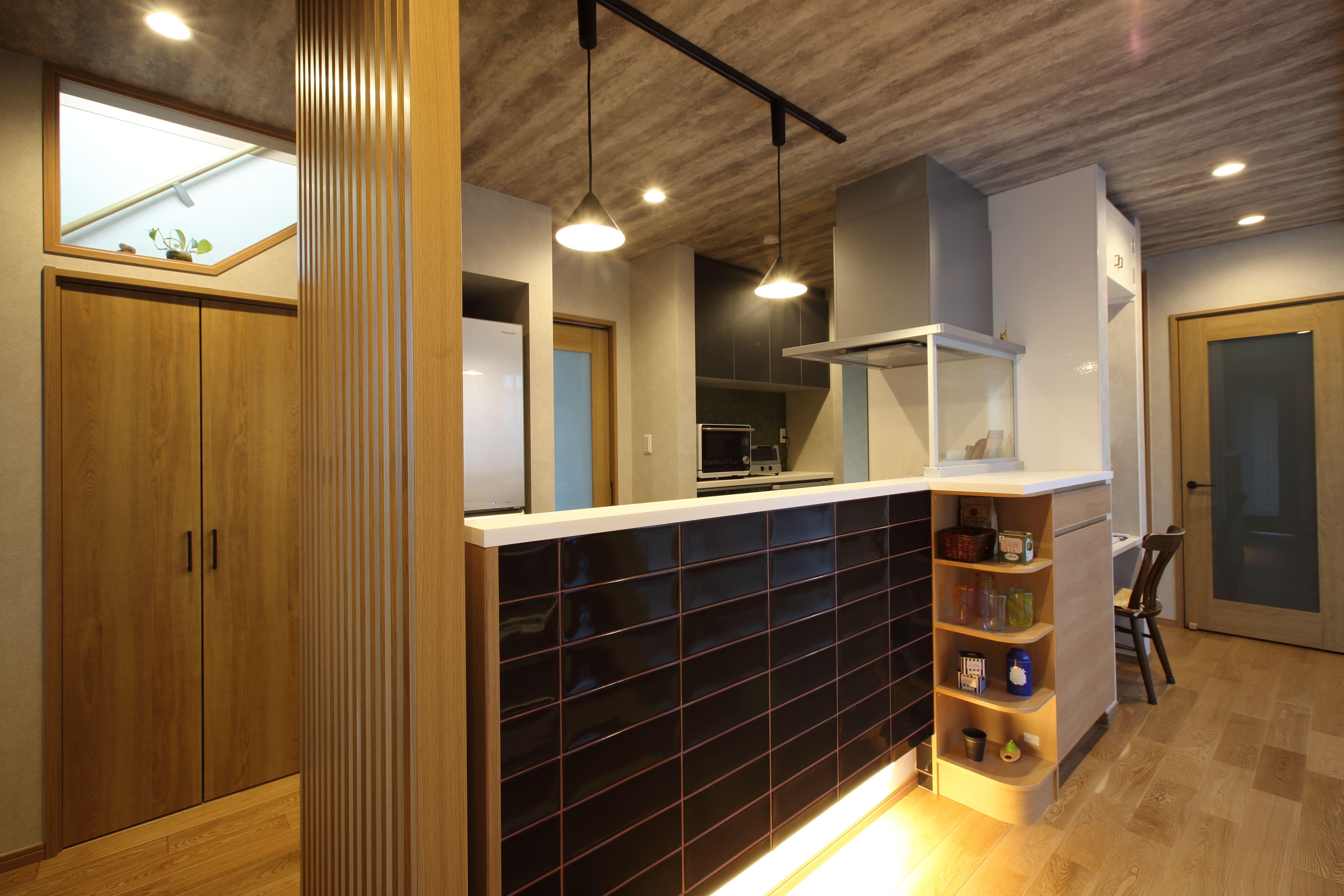 キッチン事例:キッチンは1階の中央に配置し、家族の顔が見えるように。(二世帯住宅を単世帯へ。明るく暖かいLDをはじめ、1階を中心にした快適な住まい。)