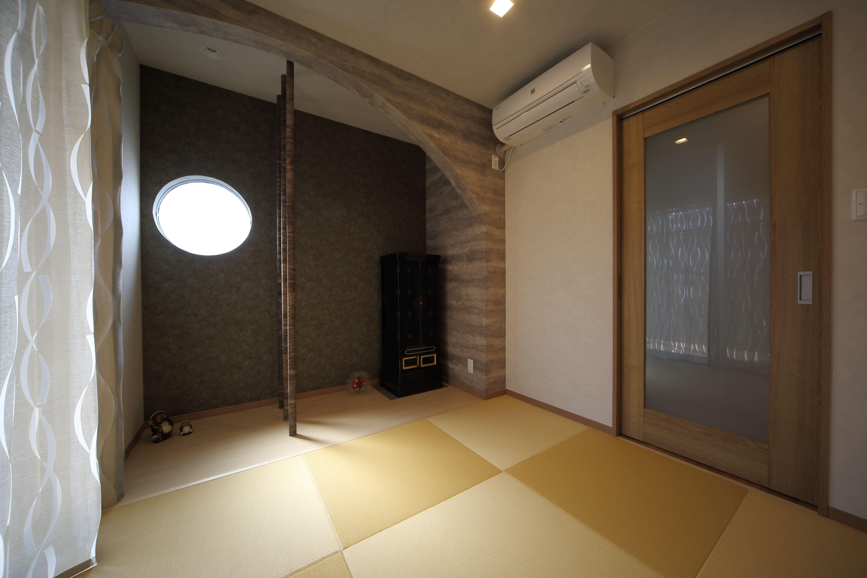 その他事例:和室は縮小し、黄金色の目積畳を敷いて一新。(二世帯住宅を単世帯へ。明るく暖かいLDをはじめ、1階を中心にした快適な住まい。)