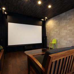 二世帯住宅を単世帯へ。明るく暖かいLDをはじめ、1階を中心にした快適な住まい。 (映画鑑賞が趣味だというご主人の希望で2階の一室をシアタールームに。)