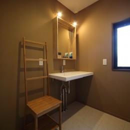 二世帯住宅を単世帯へ。明るく暖かいLDをはじめ、1階を中心にした快適な住まい。 (2階の洗面室はお嬢様専用。スクエアなフォルムの手洗 い器が空間の洒落たアクセントに。)