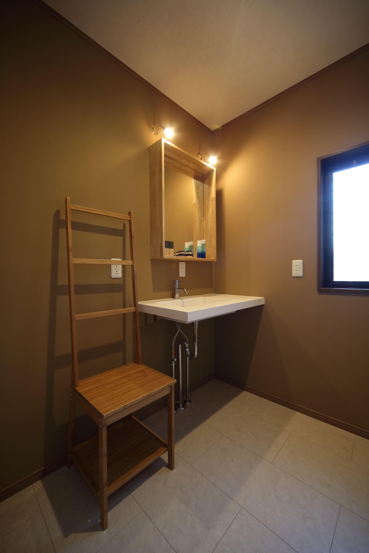 その他事例:2階の洗面室はお嬢様専用。スクエアなフォルムの手洗 い器が空間の洒落たアクセントに。(二世帯住宅を単世帯へ。明るく暖かいLDをはじめ、1階を中心にした快適な住まい。)