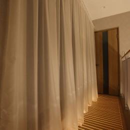 二世帯住宅を単世帯へ。明るく暖かいLDをはじめ、1階を中心にした快適な住まい。 (2階吹き抜け部分の南側には木製の通風床を設置。光が入り、風通しも良い。)