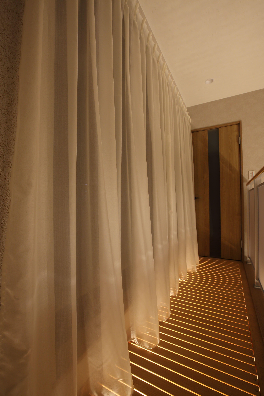 その他事例:2階吹き抜け部分の南側には木製の通風床を設置。光が入り、風通しも良い。(二世帯住宅を単世帯へ。明るく暖かいLDをはじめ、1階を中心にした快適な住まい。)