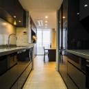 家族の絆がますます深まるシックで高級感のある住まいの写真 キッチン