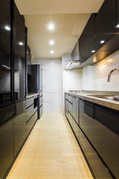 キッチン (家族の絆がますます深まるシックで高級感のある住まい)