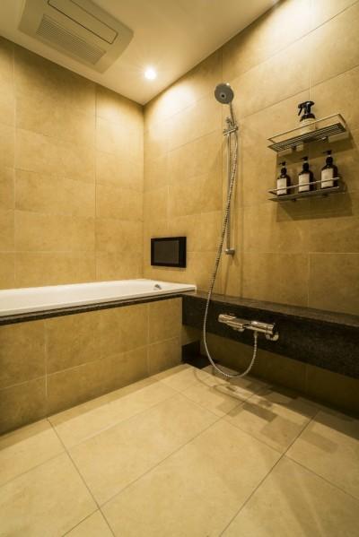 バスルーム (家族の絆がますます深まるシックで高級感のある住まい)