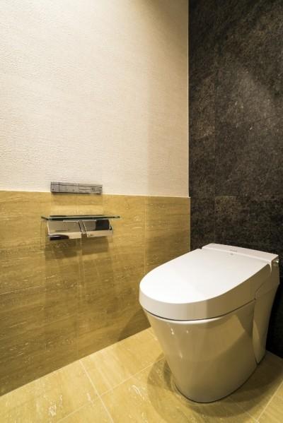 トイレ (家族の絆がますます深まるシックで高級感のある住まい)