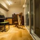 家族の思いを受け継いだ音楽と絵に囲まれた空間の写真 防音室