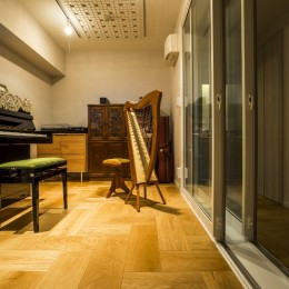 家族の思いを受け継いだ音楽と絵に囲まれた空間
