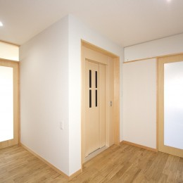 ホームエレベーターがあるバリアフリー住宅|遮音・防音構造の住宅(ガレージハウス) (2階 エレヴェーターホール(左右の引き戸が寝室への入り口))