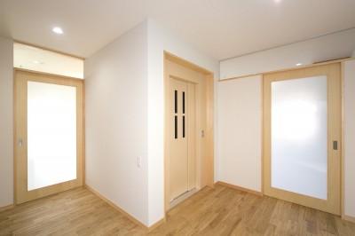 2階 エレヴェーターホール(左右の引き戸が寝室への入り口) (ホームエレベーターがあるバリアフリー住宅|遮音・防音構造の住宅(ガレージハウス))