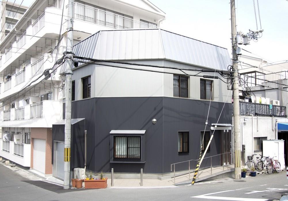 ホームエレベーターがあるバリアフリー住宅|遮音・防音構造の住宅(ガレージハウス) (外観)