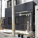 ホームエレベーターがあるバリアフリー住宅|遮音・防音構造の住宅(ガレージハウス)の写真 道路~玄関までの高低差はスロープで解消:バリアフリー対策の住宅