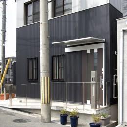 ホームエレベーターがあるバリアフリー住宅|遮音・防音構造の住宅(ガレージハウス) (道路~玄関までの高低差はスロープで解消:バリアフリー対策の住宅)