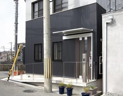 道路~玄関までの高低差はスロープで解消:バリアフリー対策の住宅 (ホームエレベーターがあるバリアフリー住宅|遮音・防音構造の住宅(ガレージハウス))