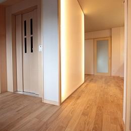 ホームエレベーターがあるバリアフリー住宅|遮音・防音構造の住宅(ガレージハウス) (1階 エレベーターホール)