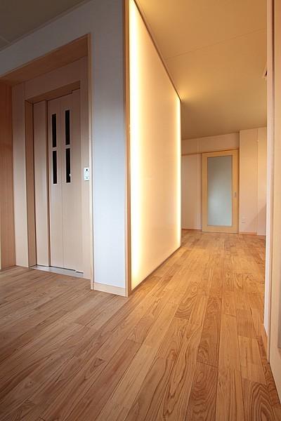1階 エレベーターホール (ホームエレベーターがあるバリアフリー住宅|遮音・防音構造の住宅(ガレージハウス))