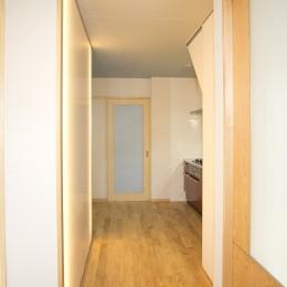 ホームエレベーターがあるバリアフリー住宅|遮音・防音構造の住宅(ガレージハウス) (通路)