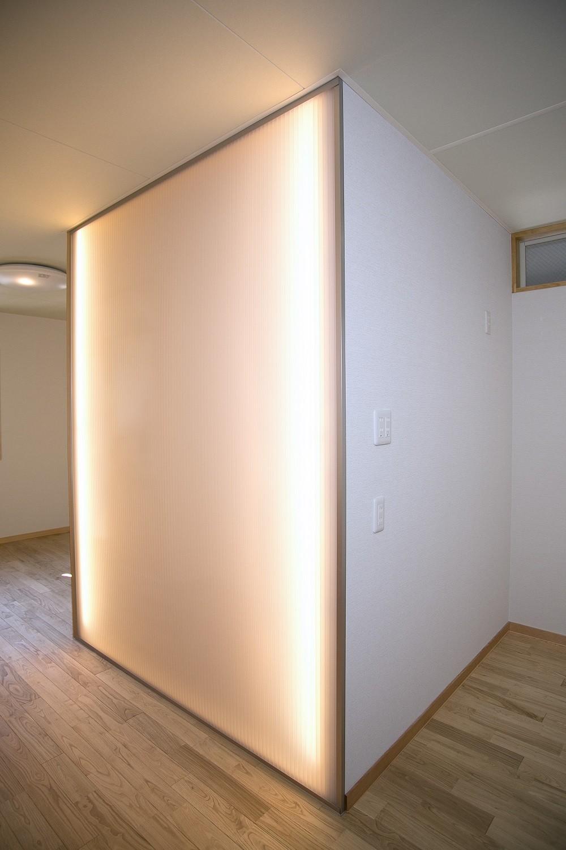 リビングダイニング事例:光壁(ホームエレベーターがあるバリアフリー住宅|遮音・防音構造の住宅(ガレージハウス))