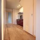 ホームエレベーターがあるバリアフリー住宅|遮音・防音構造の住宅(ガレージハウス)の写真 通路の壁面に光壁を。