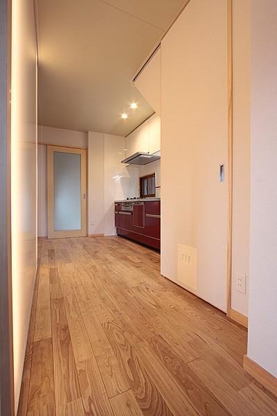 通路の壁面に光壁を。 (ホームエレベーターがあるバリアフリー住宅|遮音・防音構造の住宅(ガレージハウス))