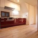 ホームエレベーターがあるバリアフリー住宅|遮音・防音構造の住宅(ガレージハウス)の写真 キッチン-1
