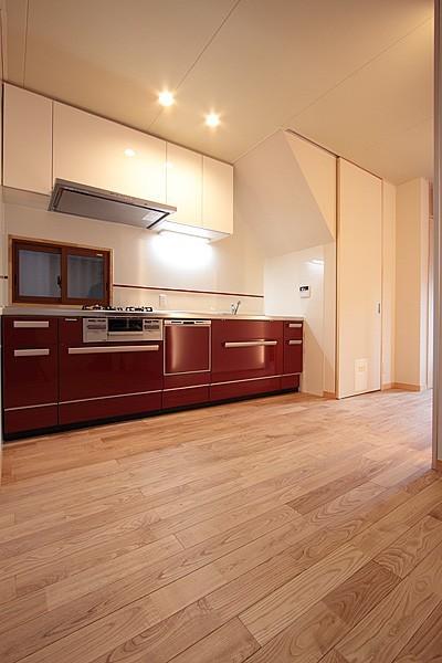 ホームエレベーターがあるバリアフリー住宅|遮音・防音構造の住宅(ガレージハウス) (キッチン-1)