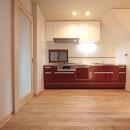 ホームエレベーターがあるバリアフリー住宅|遮音・防音構造の住宅(ガレージハウス)の写真 キッチン-2