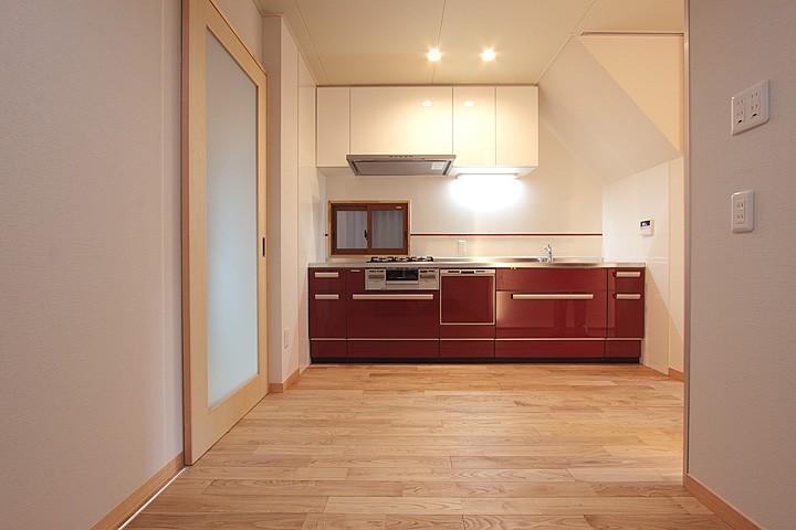 ホームエレベーターがあるバリアフリー住宅|遮音・防音構造の住宅(ガレージハウス) (キッチン-2)