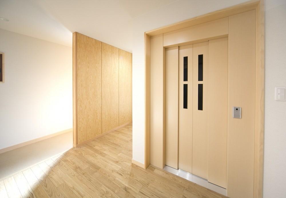 ホームエレベーターがあるバリアフリー住宅|遮音・防音構造の住宅(ガレージハウス) (2階 エレベーターホール)