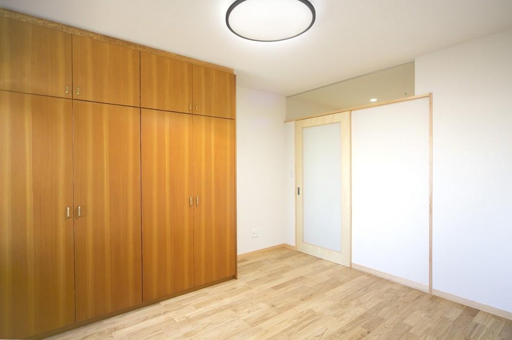ホームエレベーターがあるバリアフリー住宅|遮音・防音構造の住宅(ガレージハウス) (寝室(ベッドルーム))
