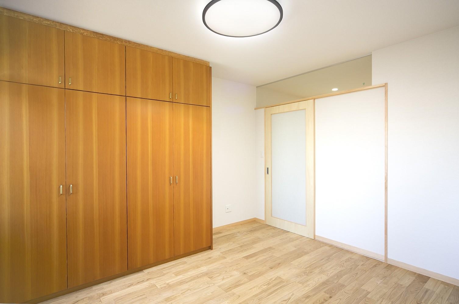 その他事例:寝室(ベッドルーム)(ホームエレベーターがあるバリアフリー住宅|遮音・防音構造の住宅(ガレージハウス))