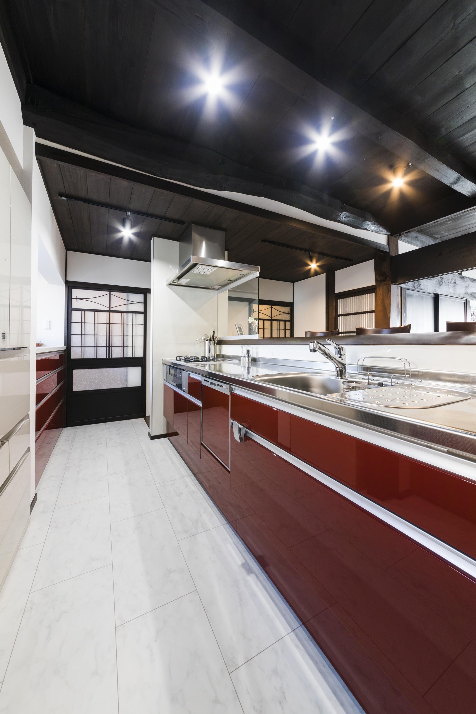 キッチン事例:収納スペースも充実の明るいキッチン(子供の頃過ごした愛着のある旧家。既存の梁を見せ、建具などを活かしてリフォーム。)