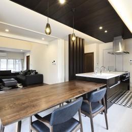 外観は純和風のままに、室内はアーバンモダンの洗練されたデザインへとリフォーム。 (以前のキッチンと二間の和室を連続させた約30帖のLDKに。)