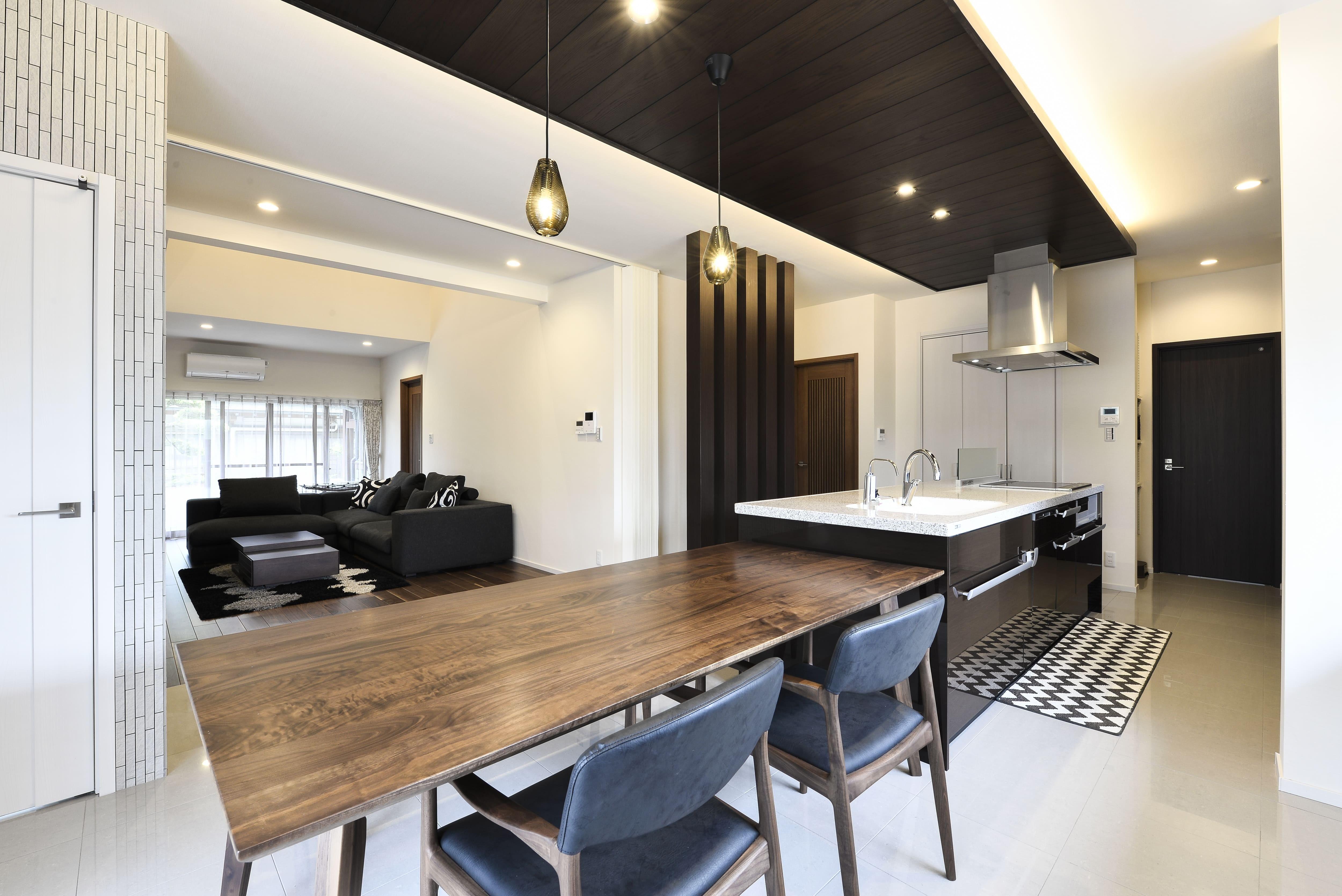 リビングダイニング事例:以前のキッチンと二間の和室を連続させた約30帖のLDKに。(外観は純和風のままに、室内はアーバンモダンの洗練されたデザインへとリフォーム。)