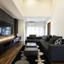 外観は純和風のままに、室内はアーバンモダンの洗練されたデザインへとリフォーム。の写真 吹き抜けを設けた開放感あふれるリビング。