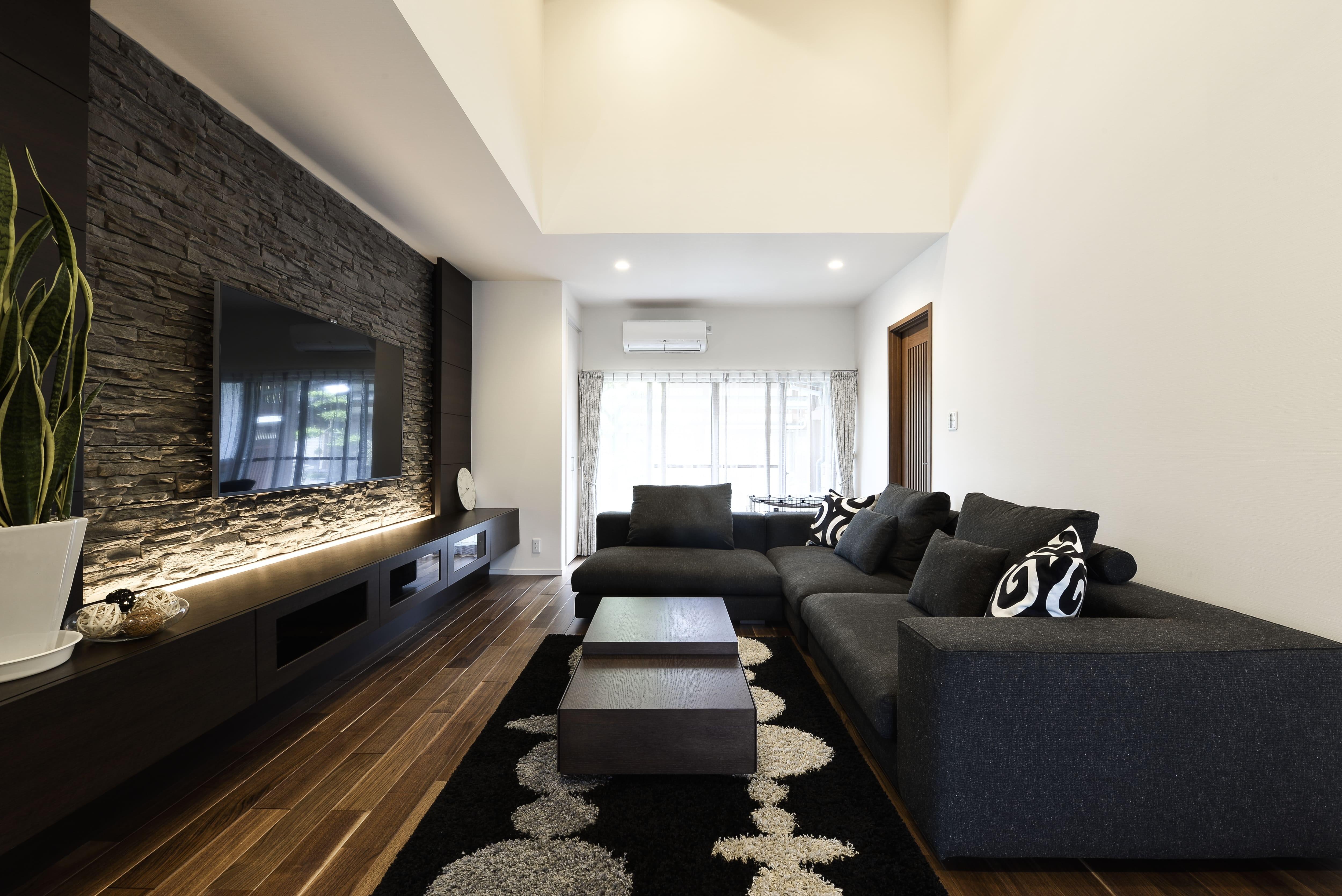 リビングダイニング事例:吹き抜けを設けた開放感あふれるリビング。(外観は純和風のままに、室内はアーバンモダンの洗練されたデザインへとリフォーム。)