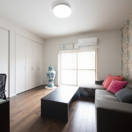 外観は純和風のままに、室内はアーバンモダンの洗練されたデザインへとリフォーム。 (和室を洋室に変更。)