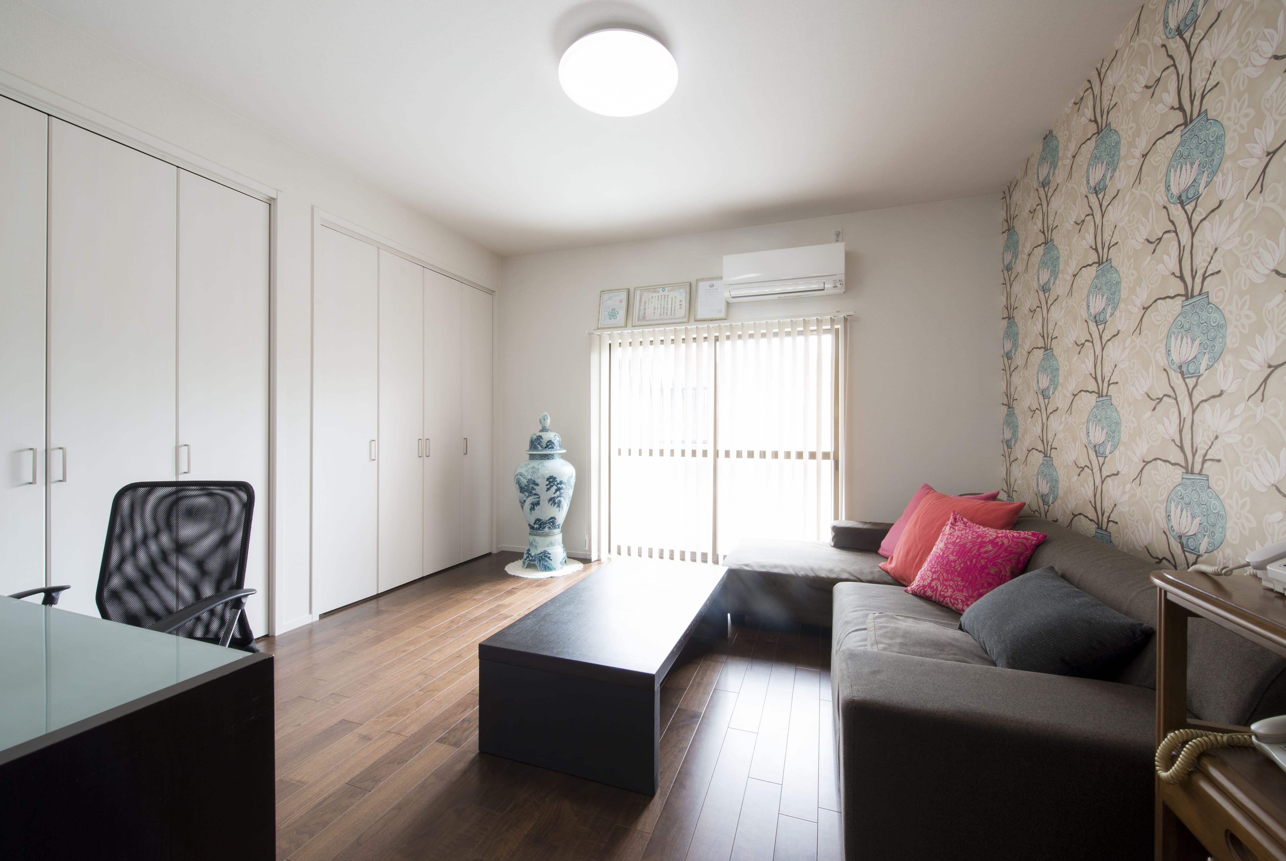 リビングダイニング事例:和室を洋室に変更。(外観は純和風のままに、室内はアーバンモダンの洗練されたデザインへとリフォーム。)