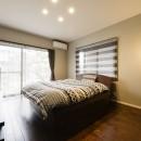 外観は純和風のままに、室内はアーバンモダンの洗練されたデザインへとリフォーム。の写真 二面採光の明るい寝室。